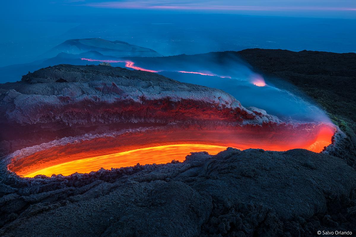 Frattura lavica a quota 3000 metri circa. Si tratta della sorgente di fiume di lava, che formerà dopo vari ingrottamenti, una estesa colata lavica
